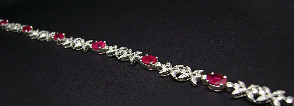bracciale in oro bianco con rubini ovali e brillanti