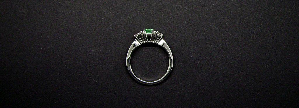anello in oro bianco con smeraldi taglio smeraldo e brillanti
