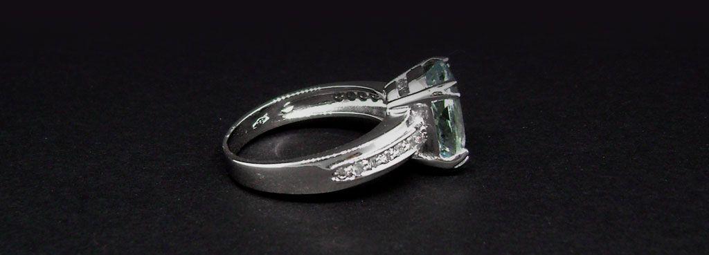 anello in oro bianco con con acqua marina ovale e brillanti