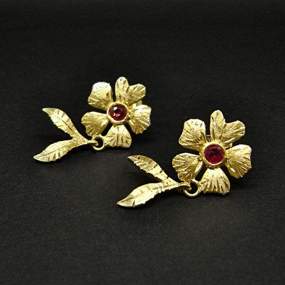 orecchiniin oro giallo, fiore e foglie satinati ed incisi con rubini